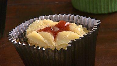 Aprenda a fazer cupcake de fubá orgânico com brigadeiro de milho - O bolo assa em 15 minutos e a chefe de cozinha, Evelise Bazeggio, dá dica de como deixar a massa bem fofinha