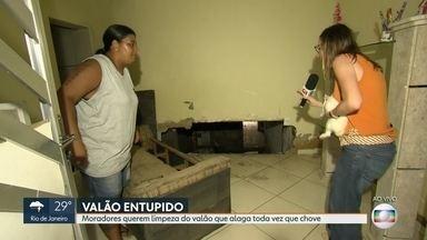 O RJ Móvel esteve em Cascadura, nessa sexta-feira - Moradores de uma vila, na rua Santo Sepulcro, querem a limpeza de um valão. Toda vez que chove o valão transborda e alaga as casas.