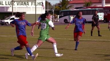 Leoa Amanda Nunes mostra talento como jogadora de futebol - Leoa Amanda Nunes mostra talento como jogadora de futebol