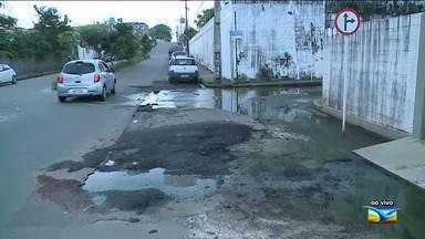 Moradores reclamam de esgoto estourado em São Luís - Esgoto estourado na Avenida Neiva Moreira, no bairro Calhau, tem se tornado dor de cabeça para os residentes da região por conta do forte odor.