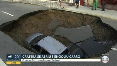 Chuva causa estragos e transtornos na Capital, no litoral, e no interior de SP - Em Taubaté, um carro foi engolido por uma cratera. Em Caraguatatuba, ruas ficaram alagadas.
