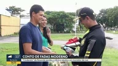 """""""Cinderelo"""" de Resende encontra tênis perdido após campanha em rede social - Paraquedista perdeu calçado durante voo, no sul fluminense,"""