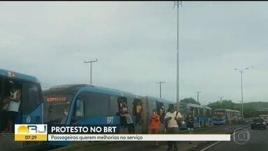 Corredor Transoeste tem serviço temporariamente interrompido - Passageiros fazem manifestação contra o fechamento do BRT na estação Mato Alto.