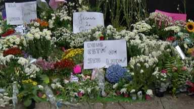 Solidariedade na Escola Raul Brasil - O domingo (17) foi dia de muita gente deixar flores, velas e mensagens na porta da escola onde aconteceu massacre.