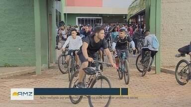 Alunos de Porto Velho participam de passeio ciclístico solidário - Ação realizada por professores leva alunos para conhecer problemas sociais.