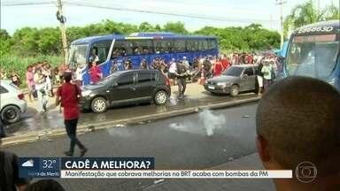 Manifestação que cobrava melhorias no BRT acaba com bombas da PM - Uma manifestação paralisou parte do BRT Transoeste, na altura da estação Mato Alto. Os passageiros cobravam resultados depois de 50 dias de intervenção da prefeitura no sistema.