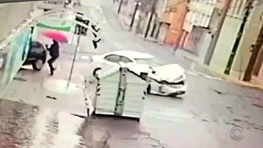 Pedestre escapa de atropelamento após acidente entre dois carros em Santa Maria - Mulher estava na calçada, aguardando para atravessar a rua, quando um veículo atingido por outro passou ao lado dela. Motoristas foram ouvidos pela Brigada Militar. Ninguém se feriu com gravidade.