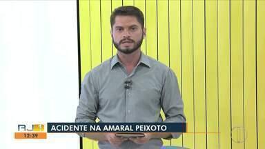 Dois homens ficam feridos em colisão entre carros na RJ-106, em Rio das Ostras - Assista a seguir.