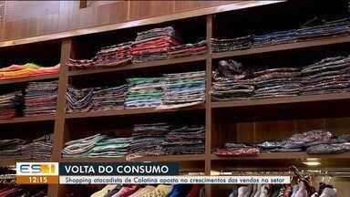 Comerciantes participam de lançamento de coleção outono/inverno em Colatina, ES - Evento aconteceu em shopping atacadista da cidade.