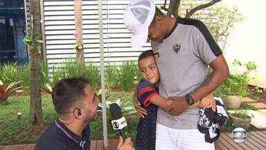 Após repercussão de choro, menino encontra Alerrandro e recebe nova camisa do Atlético-MG - Jovem Gabriel, de 10 anos, se envolve em disputa por camisa de artilheiro de clássico e se emociona ao ficar frente a frente com atacante do Galo