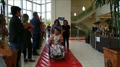 Estilista de Cianorte faz desfile de moda inclusiva - Peças foram desenvolvidas especialmente para as modelos que tem mobilidade reduzida.
