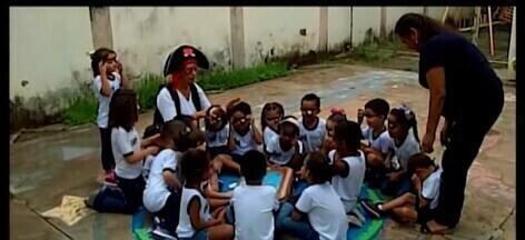 Iniciativas de professores de escola pública ajudam a mudar o cotidiano de alunos em Araxá - Dança para entrar na sala de aula e caça tesouros são algumas das atividades lúdicas propostas. Psicóloga fala sobre essa inclusão e valorização das diferenças na educação.