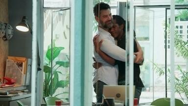 Vinícius desabafa com Rafael sobre oportunidade na carreira de Talíssia - Ele confessa que pensa em deixar o país com a amada para acompanhá-la na Europa. Rafael incentiva o amigo investir em seu amor pela namorada