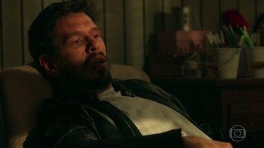 Alain fica abalado após pesadelo com Danilo - O cineasta sonha com seu passado e acorda confuso com as semelhanças entre Danilo e Daniel