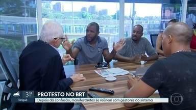 Depois de uma manhã de protestos, grupo de manifestantes é recebido pelos gestores do BRT - Equipe que está fazendo intervenção no sistema prometeu melhorias a médio prazo