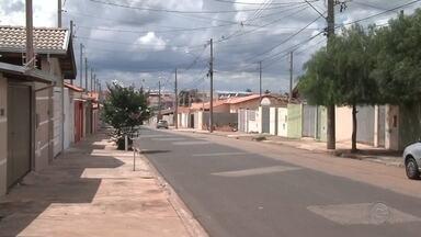 Mulher é encontrada morta com cortes no pescoço dentro de casa em Itapetininga - Uma mulher de 48 anos foi encontrada morta na tarde de domingo (17) no Bairro Cambuí, em Itapetininga (SP).
