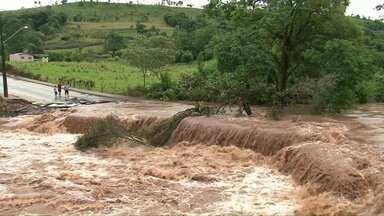 Rio transborda em Manfrinópolis e famílias ficam ilhadas - Em cinco horas, choveu cerca 150 milímetros na cidade.