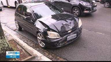 JPB2JP: Acidente no Centro de João Pessoa - Carro tomba após batida com outro veículo.