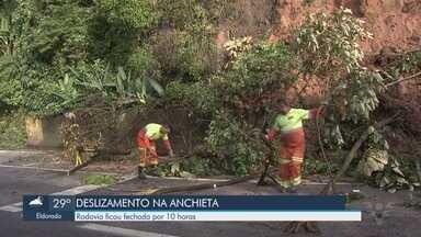 Queda de barreira deixa pista da Rodovia Anchieta fechada por 10 horas - Segundo a Ecovias, ninguém ficou ferido.