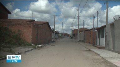 Após denúncias, postes são retirados do meio da rua do distrito de Humildes, em Feira - Equipamentos causavam transtornos para a comunidade há mais de um ano.