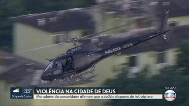 Moradores da Cidade de Deus dizem que policiais civis atiraram de helicóptero, em operação - Agentes fizeram ação pra coibir o tráfico de drogas na favela.