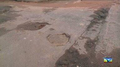 Moradores reclamam de problemas nas ruas do bairro Altos do Calhau em São Luís - Segundo os residentes do bairro, o asfalto está todo comprometido colocando em risco a segurança dos veículos condutores que trafegam nessas vias.