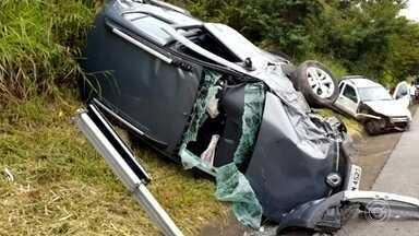 Acidente entre dois carros deixa ferido na Raposo Tavares em São Roque - Uma pessoa ficou ferida na colisão entre dois carros na manhã desta quinta-feira (21), na Rodovia Raposo Tavares em São Roque (SP).