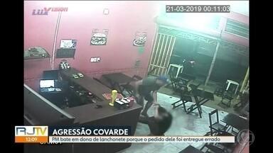 PM agride atendente de bar por achar que pedido veio errado - Policial Augusto Cesar Lima fez pedido por aplicativo e, insatisfeito, foi até a loja e agrediu funcionária.