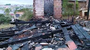 Incêndio destrói residência no Bairro Progresso em Erechim - Os Bombeiros controlaram o fogo pra que o não atingisse outras casas