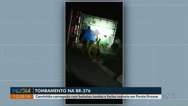 Índios saqueiam carga de caminhão após acidente em Nova Laranjeiras - O caminhão estava carregado com carne de frango, saiu da pista e tombou.