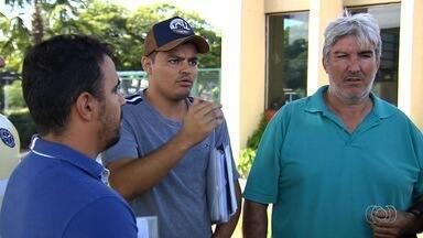 Grupo reclama de demora para regularizar carros adquiridos em leilão, em Goiânia - Eles foram ao Detran para verificar o que está ocorrendo.