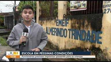 Em dias de chuva, carteiras viram passarelas para crianças entrarem em escola - Na Escola Municipal Almerindo Trindade, no bairro da Pedreira, em Belém, funcionários improvisam passarela com carteiras para que crianças consigam entrar na escola.