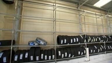 Polícia investiga furto de pelo menos mil pneus em loja de Itu - A polícia investiga o furto a uma loja em Itu (SP). Pelo menos mil pneus foram levados na ação. Esta é a segunda vez que bandidos invadem o comércio em seis meses.