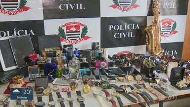 Polícia Civil encontra objetos furtados em residência em Campinas; uma mulher foi presa - De acordo com a Polícia, os objetos foram roubados dentro de carros estacionados em shoppings e aeroportos. Marido de suspeita está foragido.