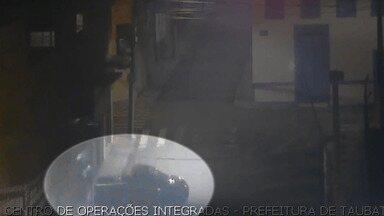 Criminosos invadem loja no Centro de Taubaté - Eles usaram carro em marcha à ré para arrombar o comércio.