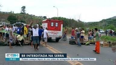 Moradores bloqueiam BR-101 após demolições na Serra, ES - De acordo com moradores, quatro casas foram derrubadas nesta quinta-feira (21). Prefeitura disse que derrubou construções inacabadas que estavam em local proibido.