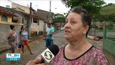 Sinal de celular precário atrapalha comunicação no bairro João Bonito, em Valença - Quando chove ou acaba a energia elétrica, o problema continua. Os orelhões também não funcionam.