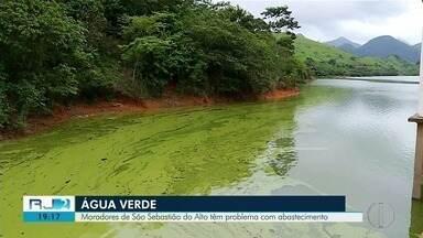 Moradores de São Sebastião do Alto têm problema de abastecimento de água - Manchas verdes apareceram por toda a represa na região.