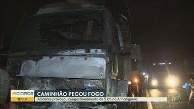 Caminhão pega fogo na Rodovia Anhanguera, em Sumaré - Congestionamento chegou a 5 quilômetros.