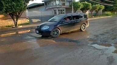 Crateras, vazamentos e trânsito caótico, em Corumbá - Moradores denunciam condições da rua Gonçalves Dias.