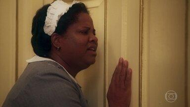 Bendita promete ajudar Piedade - Ela diz que a chave do quarto está com o coronel e elas pensam numa maneira de abrir a porta