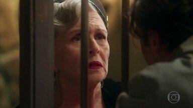 Hildegard visita Danilo na prisão e revela sobre a morte de Augusto - Danilo sofre com a notícia e conta que o coração dele não resistiu a discussão com coronel Eugênio