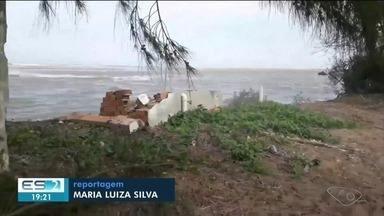 Mau tempo deixa mar agitado e causa erosão no Norte do ES - Tempestade em alto mar está provocando essa ressaca.