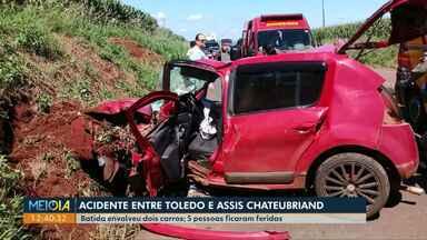 Acidente deixa uma criança e quatro adultos feridos em Toledo - Dois carros bateram na PR-317. Uma criança está entre os feridos. Segundo a polícia, ela viajava sem cinto de segurança.
