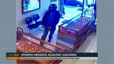 Dois homens armados assaltam joalheria no centro de Maringá - Imagens de câmera de segurança mostram os homens chegando de moto. O assalto foi na tarde de sexta-feira (22).