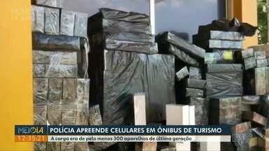 Cerca de 300 celulares de última geração são apreendidos na BR-277 - No sudoeste, caixas de vinho importados irregularmente da Argentina foram apreendidas após motorista tentar fugir da polícia e cair em barranco.