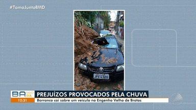 Temporal: barranco cai sobre veículo no bairro do Engenho Velho de Brotas, em Salvador - Uma chuva forte atinge a cidade nesta segunda-feira (25).