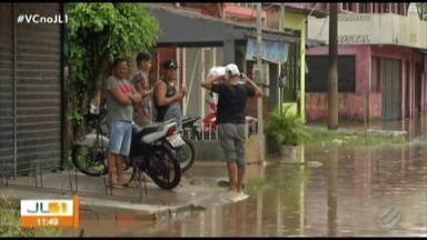 Em Icoaraci e Outeiro, maré alta causa transtornos aos comerciantes e moradores - Um bar veio abaixo com a maré alta.