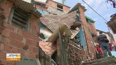 Temporal causa desabamento de uma casa em Manaus - Casal que morava na residência ficou ferido.