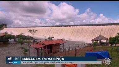 Barragem sangra e água invade barracas em Valença - Barragem sangra e água invade barracas em Valença